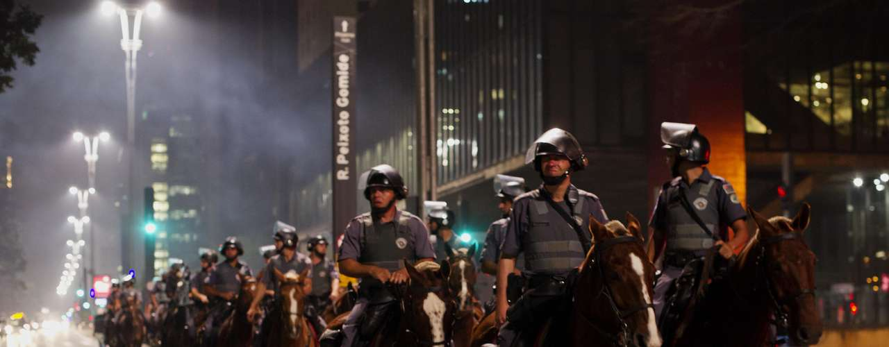 13 de junho -  Cavalaria da PM bloqueia a avenida Paulista após protesto contra o aumento da passagem