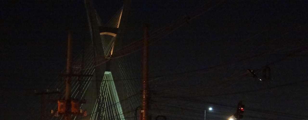 14 de junho - Anúncio de novo protesto em frente à Rede Globo, na avenida Chucri Zaidan,antecipou o fim de expediente de muitas pessoas, que formaram grande congestionamento fora de hora em frente à ponte Octávio Frias de Oliveira, mais conhecida como ponte estaiada