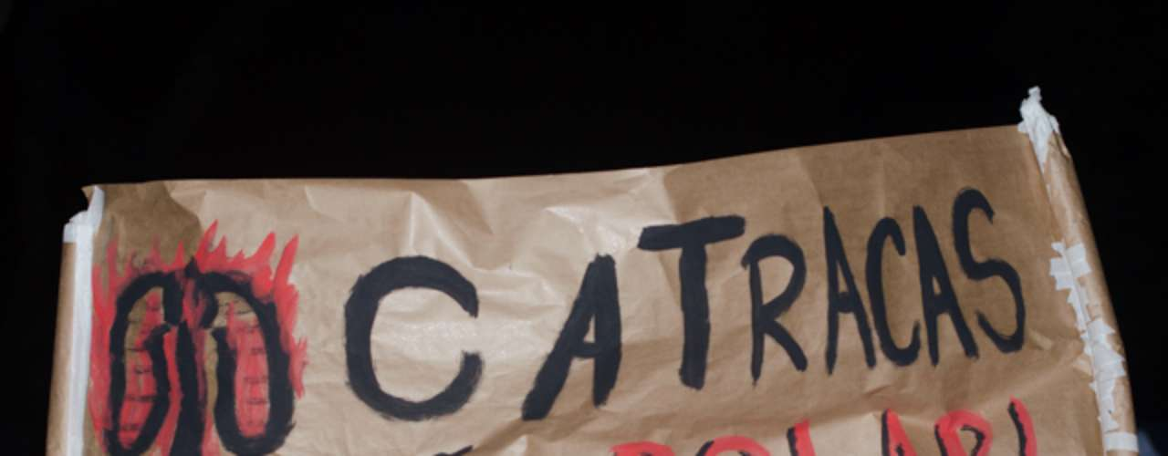 13 de junho - Manifestantes levantaram cartazes, em protesto contra o aumento da tarifa de ônibus