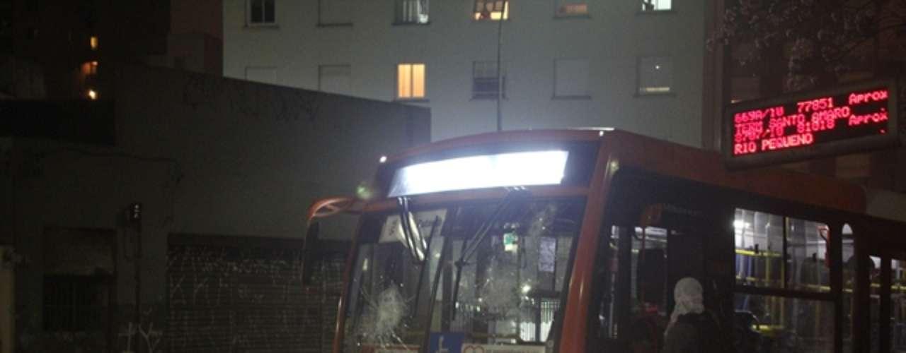 13 de junho - Ônibus é depredado por manifestantes durante protesto desta quinta-feira