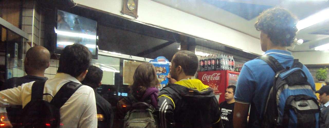 13 de junho - Moradores acompanham pela televisão os desdobramentos do protesto dentro de bar em São Paulo