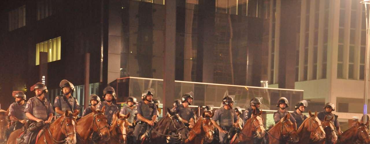13 de junho - Homens da cavalaria da Polícia Militar fecham a avenida Paulista na tentativa de conter protesto