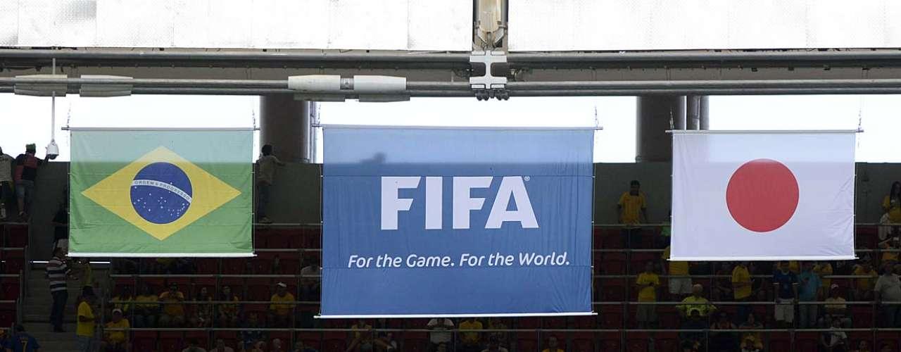 Bandeiras do Brasil e do Japão anunciam a primeira partida da Copa das Confederações