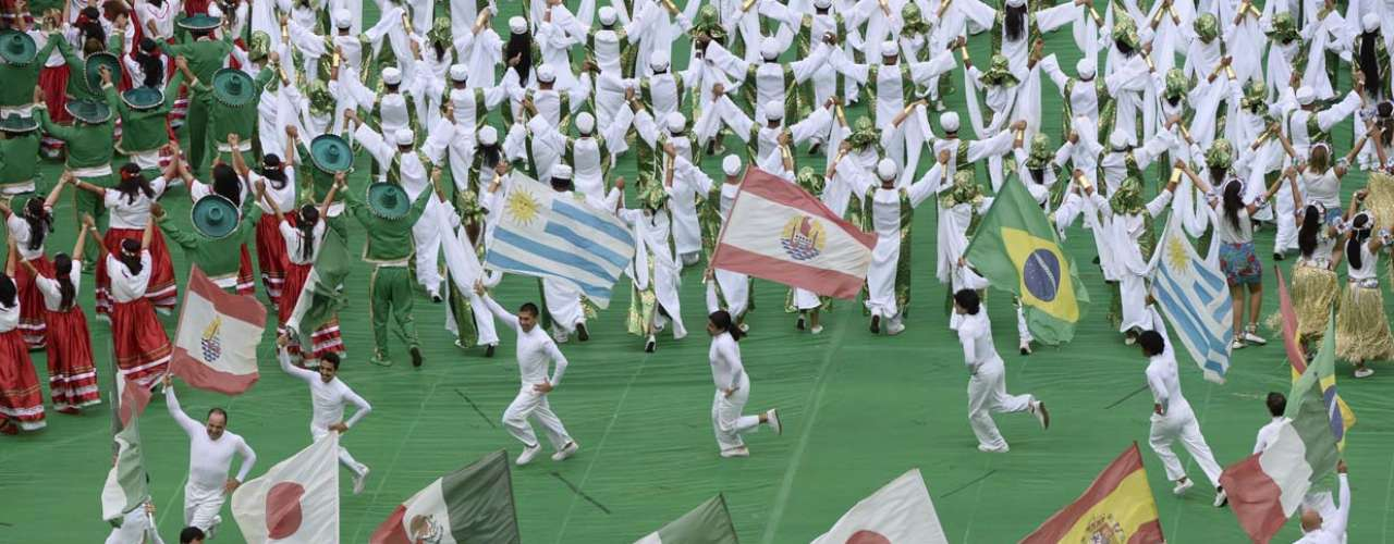 Bandeiras de todos os países participantes foram exibidas ao longo da coreografia