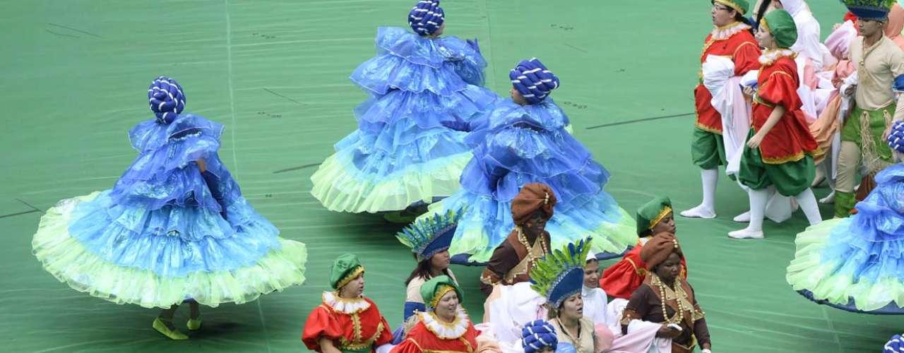 Dançarinas se apresentaram com vestidos volumosos