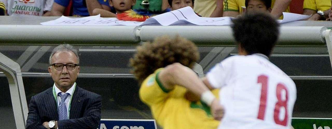 David Luiz sai na frente na disputa com o atacante Maeda