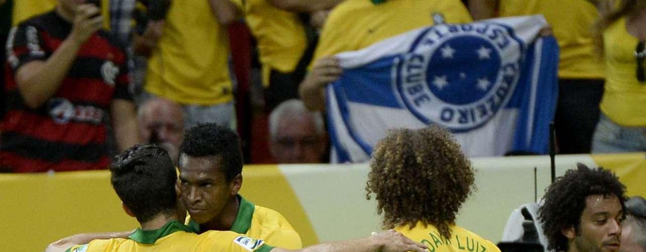 Hernanes abraça Jô, autor o terceiro gol da partida