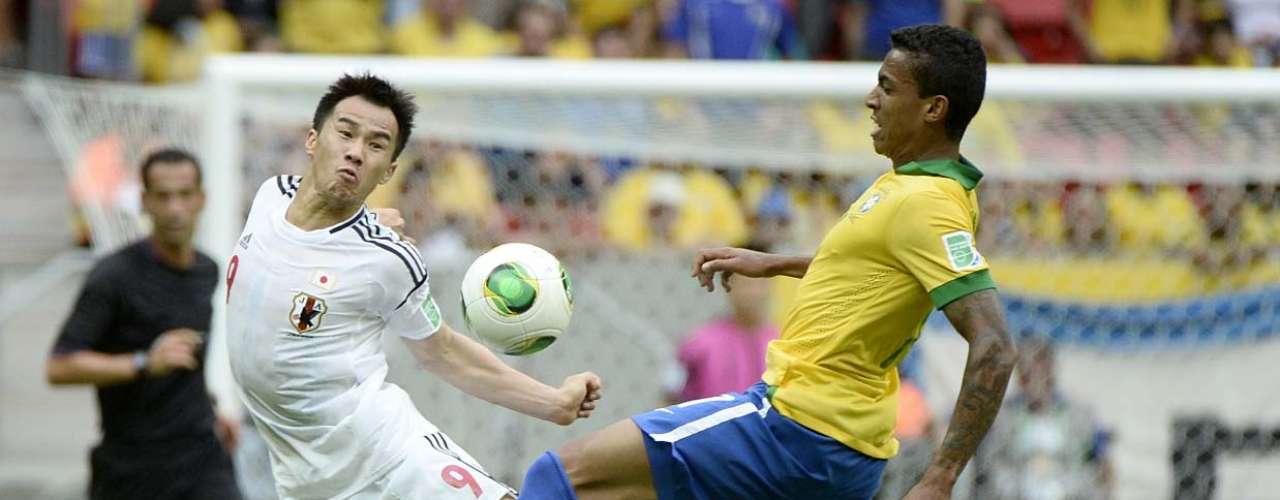 Luiz Gustavo domina na disputa com Shinji Okazaki