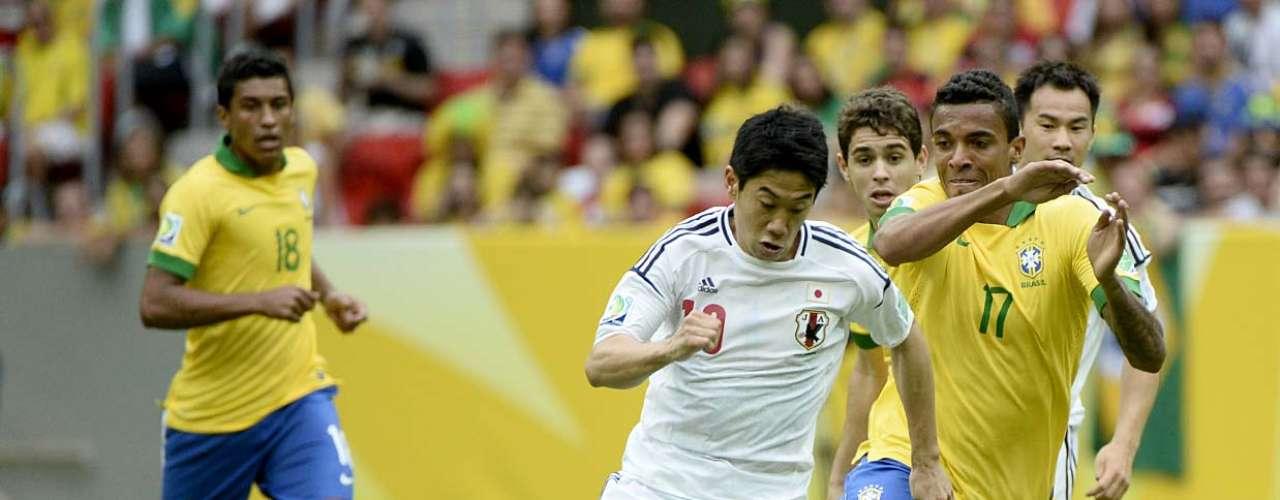 Luiz Gustavo briga pela bola, sob o domínio de Shinji Kagawa