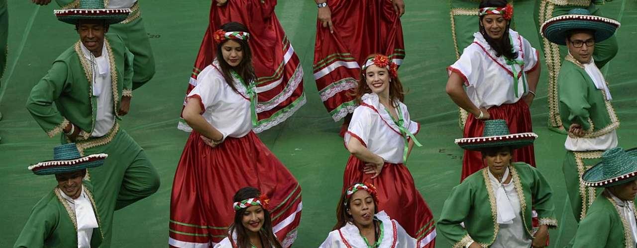Dançarinos desfilam com roupas tradicionais do México