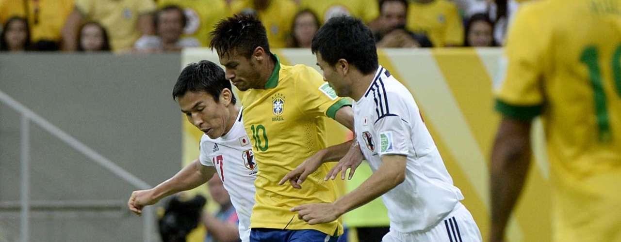 Neymar é cercado por dois, mas não desiste