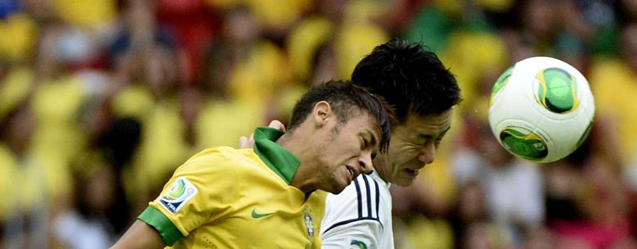 Atacante Neymar se destaca na dividida