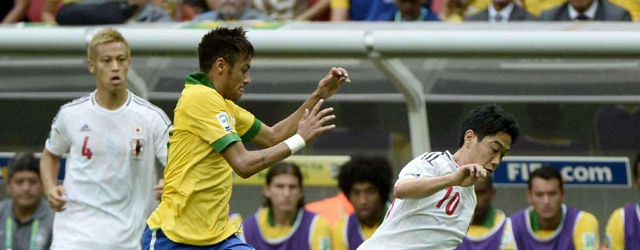 Neymar também entra na disputa com o meio-campista Kagawa