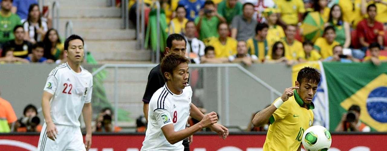 Neymar foge da marcação do meio-campista Hiroshu Kiyotake