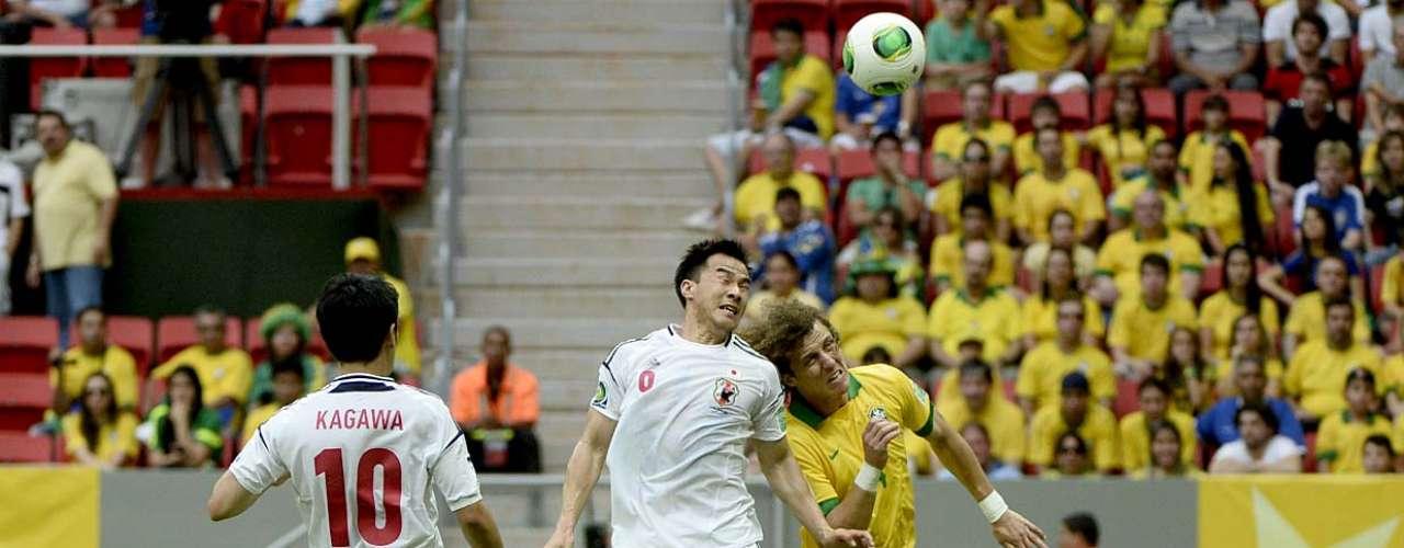 Okazaki briga pela bola com DavidLuiz
