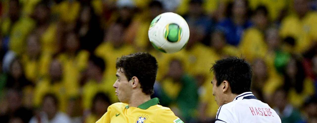 Oscar e Hasebe brigam pela bola
