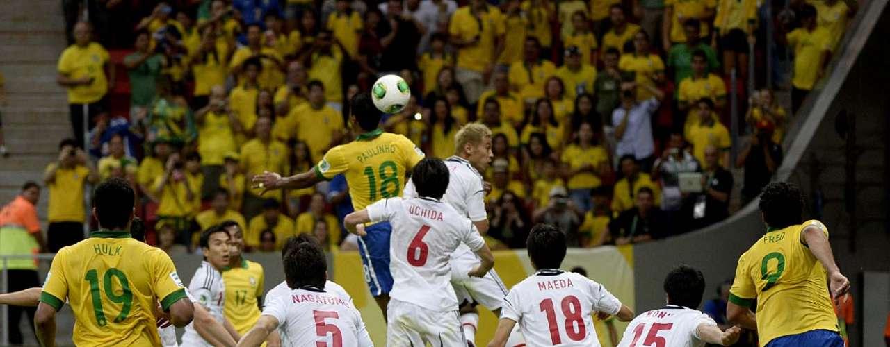 Paulinho, autor do segundo gol da partida, cabeceia a bola