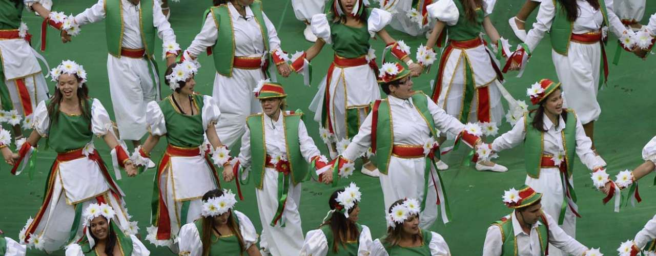 Dançarinas usam flores na cabeça no grupo do Taiti