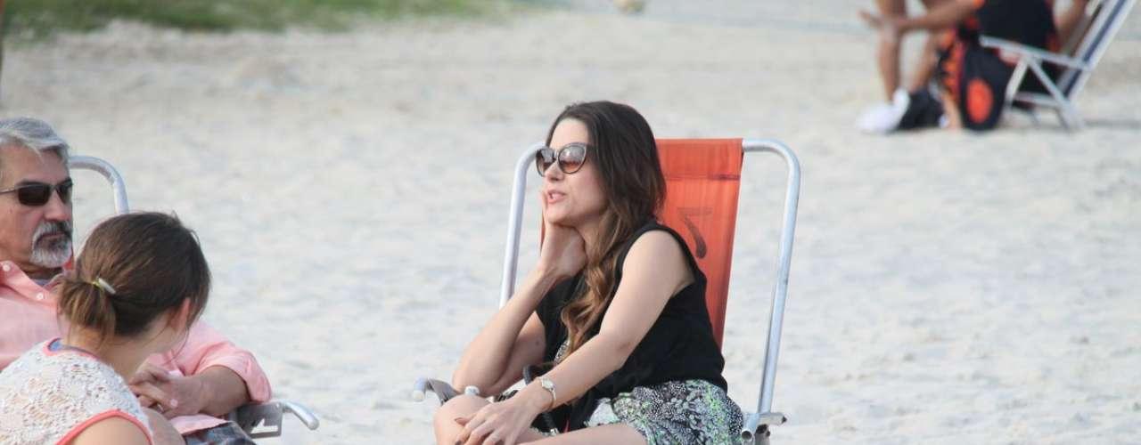 Junho 2013-Curtindo a Praia do Pepe com amigos e família, neste domingo (16), Fernanda Machado foi bastante solicita aos pedidos de fotos do fãs