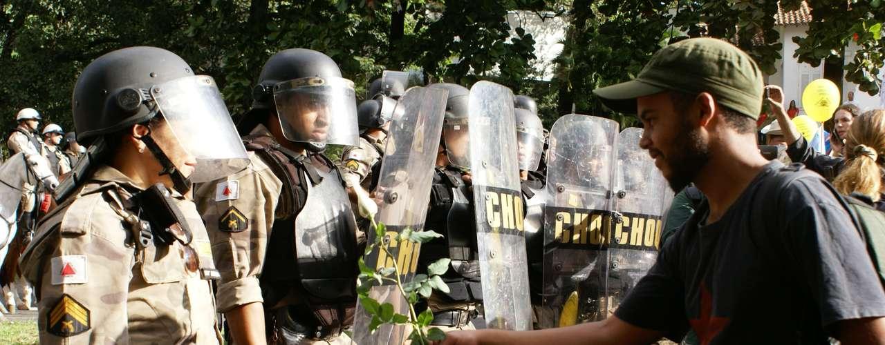 17 de junho Pela paz, manifestante oferece flor para policial em Belo Horizonte
