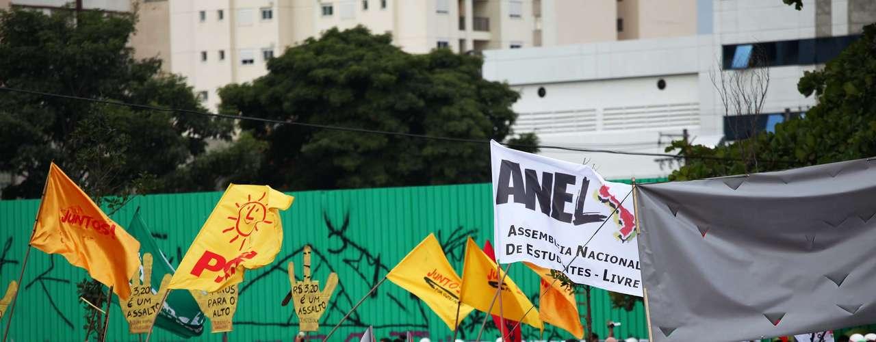 17 de junho -Militantes identificados com bandeiras de partidos foram hostilizados por manifestantes, que bradavam: \