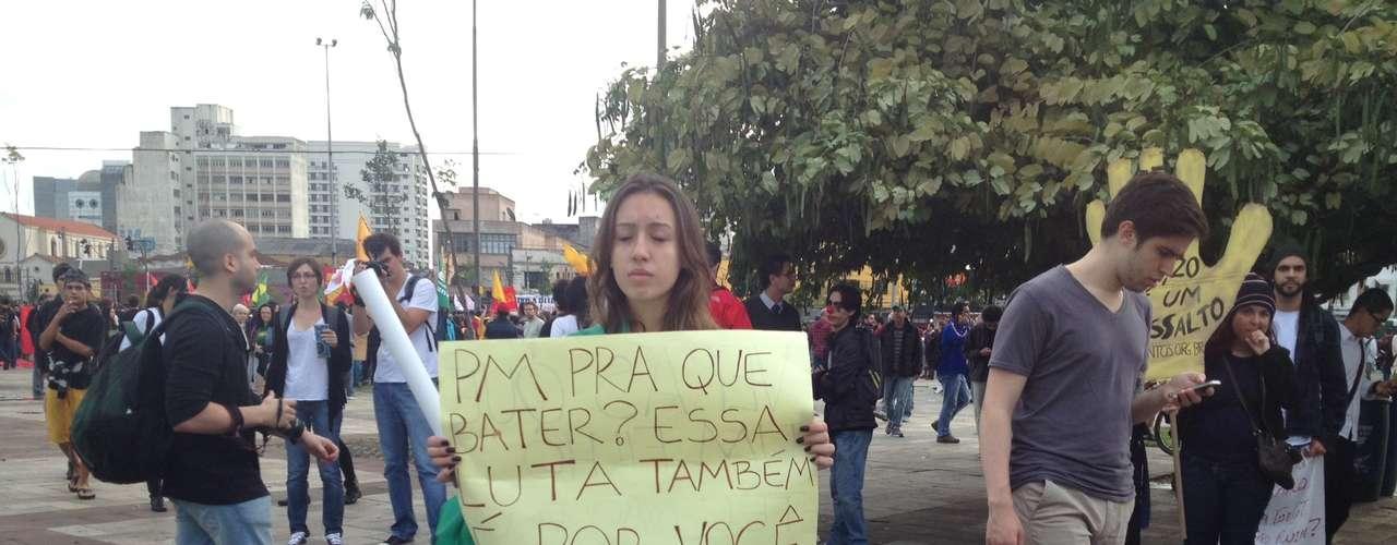 17 de junho - Minutos antes de início de nova marcha, manifestante pede solidariedade a policiais militares