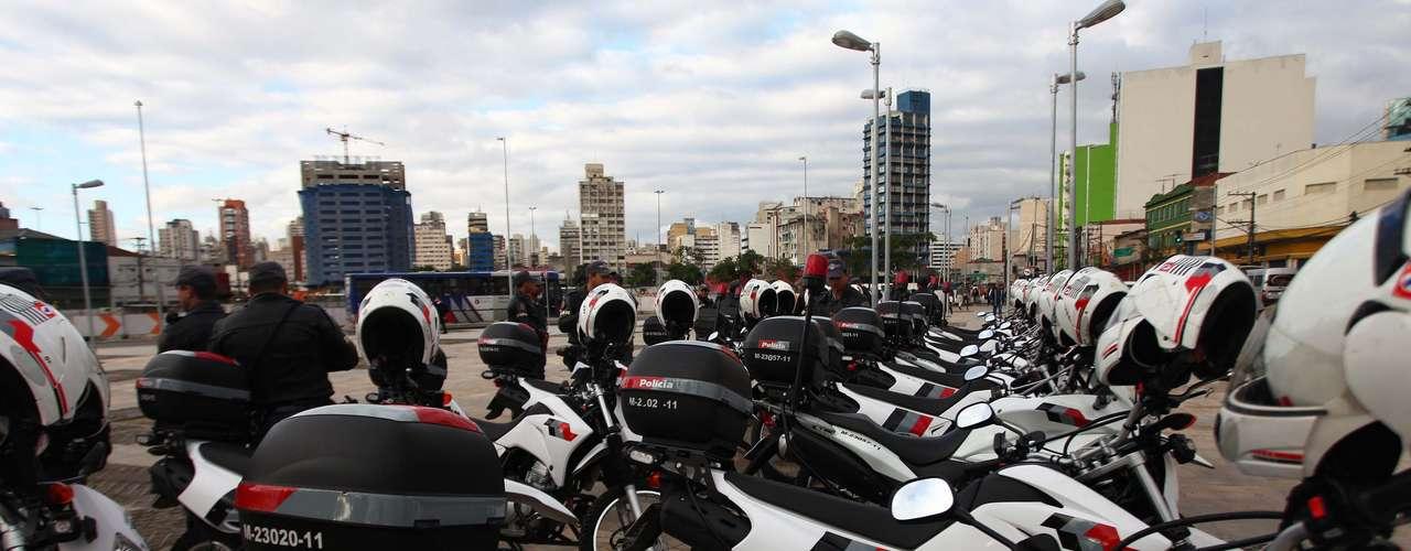 17 de junho - Polícia Militar estaciona motocicletas próximo ao local do protesto