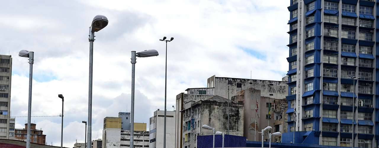 17 de junho- Casal caminha pelo Largo da Batata, no bairro de Pinheiros, em São Paulo