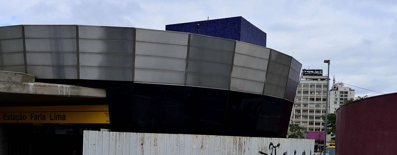 17 de junho- Em frente à entrada da estação Faria Lima do metrô, uma placa de metal foi instalada para proteger o local em caso de confrontos ou episódios de vandalismo