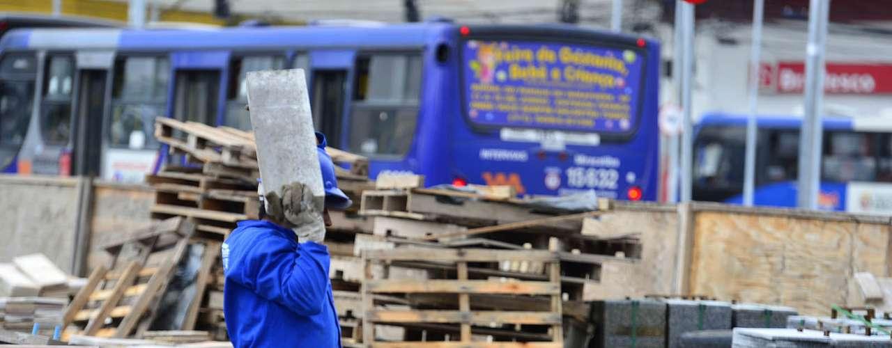 17 de junho- Operários trabalham nas obras do Largo da Batata, em São Paulo