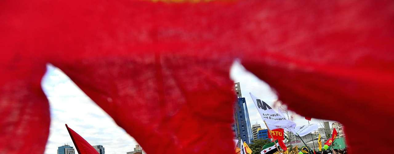 17 de junho Os manifestantes no Rio, que tomaram praticamente toda a Cinelândia, gritavam: \