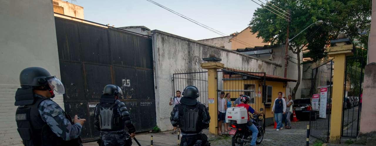 Manifestação foi realizada nas imediações do Estádio do Maracanã neste domingo, antes da partida entre México x Itália, pela Copa das Confederações. O ato sofreu forte repressão da Polícia Militar do RJ, que respondeu com bombas de efeito moral e balas de borracha