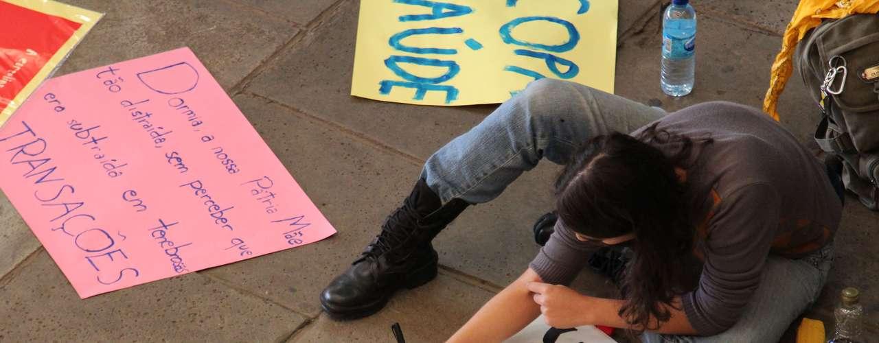 17 de junho- Alunos da Universidade de São Paulo (USP) se reuniram na Cidade Universitária, na capital paulista, para fazer faixas antes da manifestação contra o aumento do transporte público. A concentração do protesto acontece na região do Largo da Batata, no bairro de Pinheiros