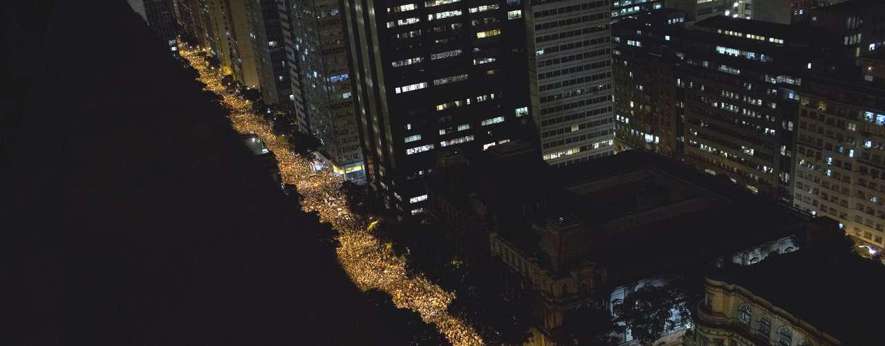 17 de junho Multidão fazia protesto pacífico no Rio de Janeiro, até que houve confronto com a polícia em frente à Assembleia Legislativa