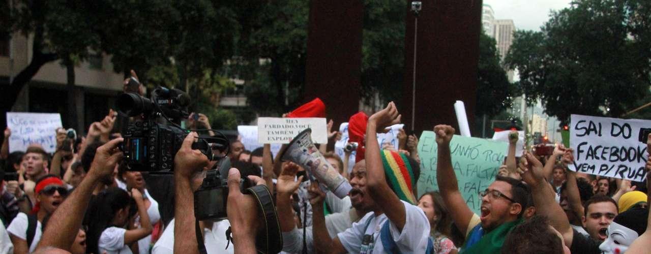 17 de junho Um dos manifestantes no Rio leva um cartaz pedindo para que as pessoas saiam do Facebook e protestem nas ruas