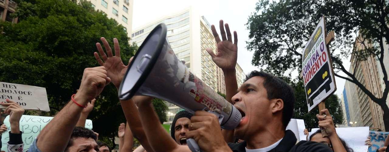 17 de junho No Rio, manifestantes são saudados com papel picado por moradores