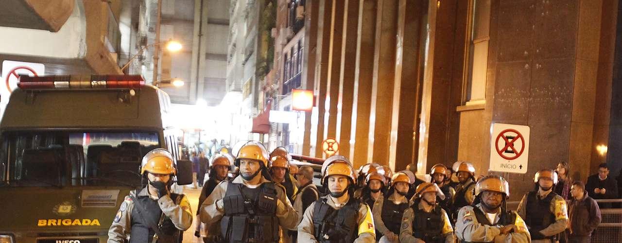 17 de junho A polícia fez um cordão de isolamento para evitar qualquer tentativa de invasão em Porto Alegre