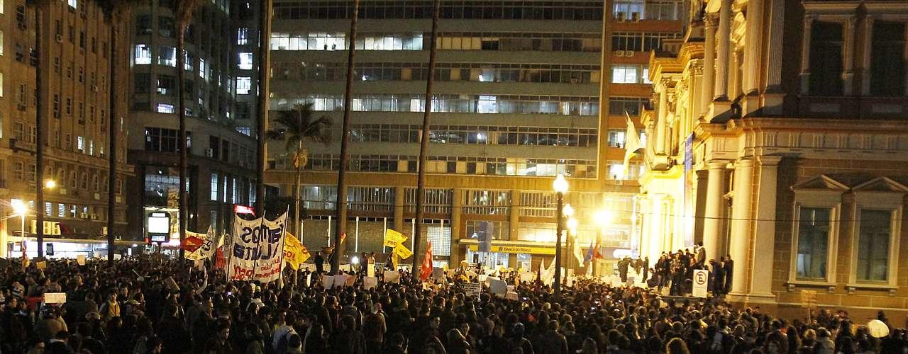 17 de junho Cerca de 5 mil pessoas se reuniram em frente a prefeitura de Porto Alegre, na noite desta segunda-feira, dando continuidade aos protestos