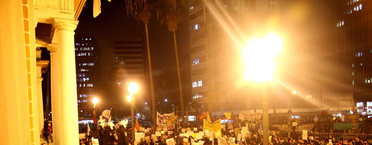 17 de junho Em Porto Alegre, o protesto aconteceu em frente à sede da prefeitura municipal, comandada por José Fortunati (PDT)
