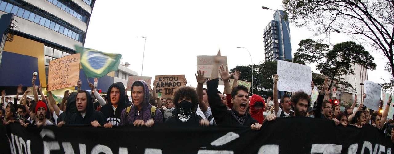 17 de junho Manifestantes levaram uma faixa dizendo que a violência \