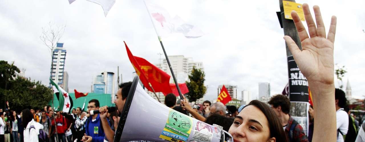 17 de junho Manifestantes que seguiam pela avenida Faria Lima, em São Paulo, eram aplaudidos por moradores