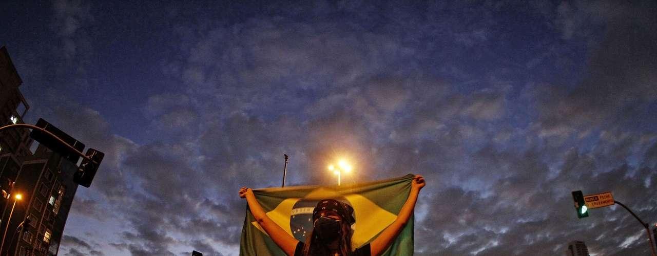 17 de junho Violência à parte -condenada pelo governo e pela maioria dos envolvidos -,a presença massiva da população nas ruas cria espaço para um debate sobre os espaços públicos nas metrópoles brasileiras contemporâneas, bem como questiona os moldes estabelecidos da representatividade da democracia brasileira