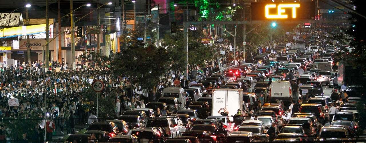 17 de junhoUm dos principais reflexos das manifestações é o caos no trânsito, já que milhares de pessoas fecham as principais ruas e avenidas da cidade durante a marcha