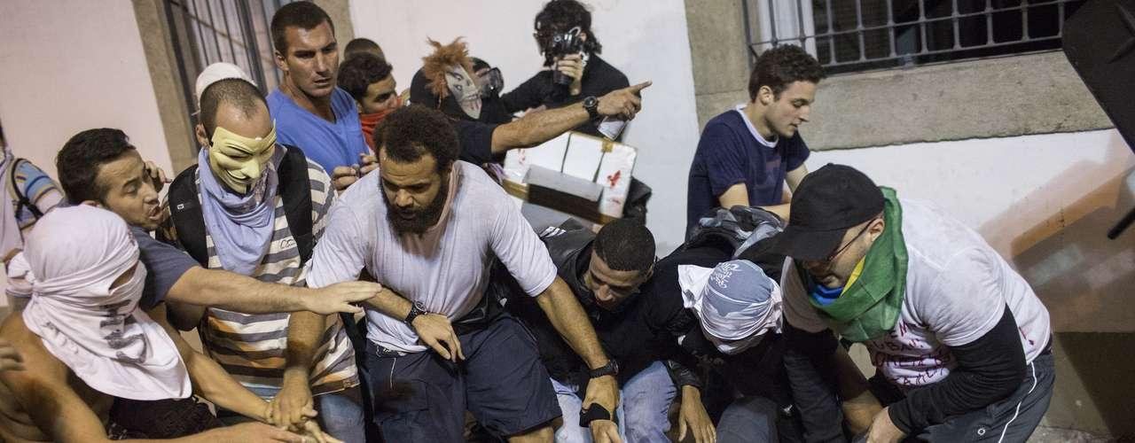 17 de junho PM é agredido por diversos manifestantes no Rio de Janeiro