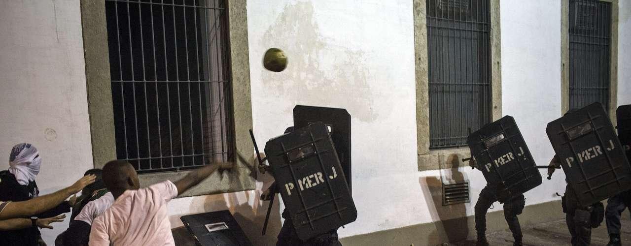 17 de junho Até mesmo cocos foram usados pelos manifestantes contra a polícia no Rio