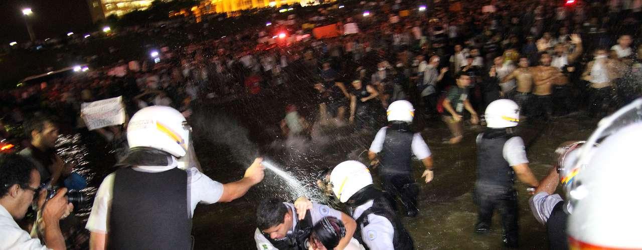 17 de junho Policial é flagrado atacando manifestante com spray de pimenta em Brasília