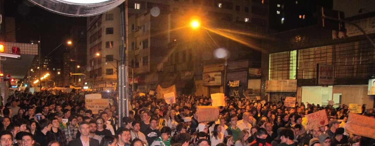 17 de junho - A multidão saiu da Boca Maldita, tradicional ponto de manifestações populares de Curitiba