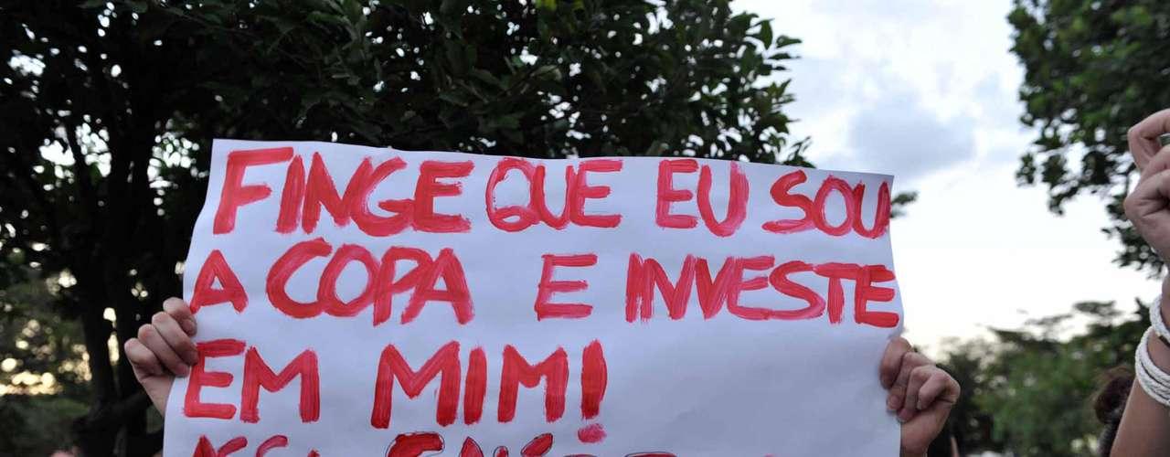 18 de junho - Concentração de manifestantes para protestos na avenida Presidente Antônio Carlos, em frente à portaria da Universidade Federal de Minas Gerais (UFMG) no campus Pampulha em Belo Horizonte (MG)