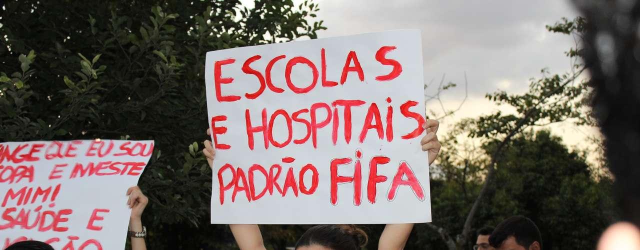 18 de junho Com máscaras de gás e dezenas de faixas, manifestantes pararam o trânsito e atraíram a atenção da polícia em Belo Horizonte