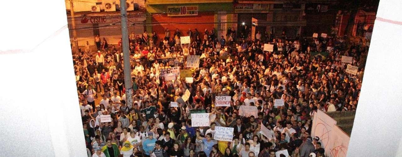 17 de junho Milhares de manifestantes protestam em frente à Câmara de Vereadores de Bauru, no interior de São Paulo